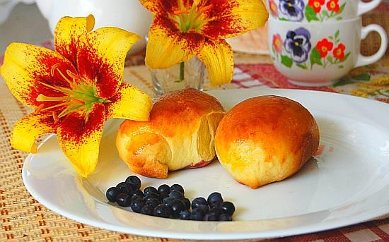 Дрожжевые печеные пирожки со свежей черникой